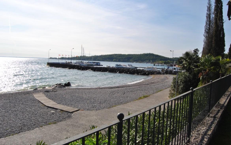 3- vista dall'area verde con piscina