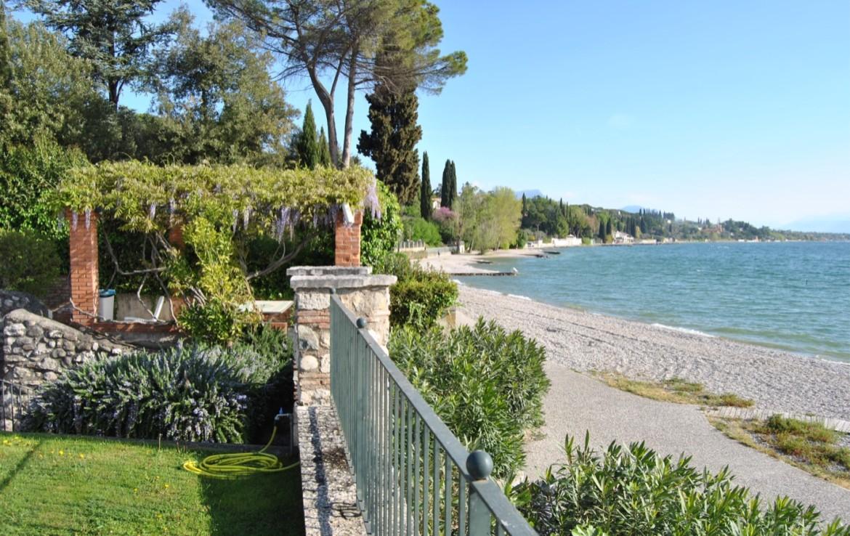 4- vista dall'area verde con piscina